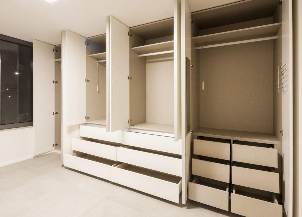 ทำความสะอาดบนหลังตู้และภายในตู้เสื้อผ้า